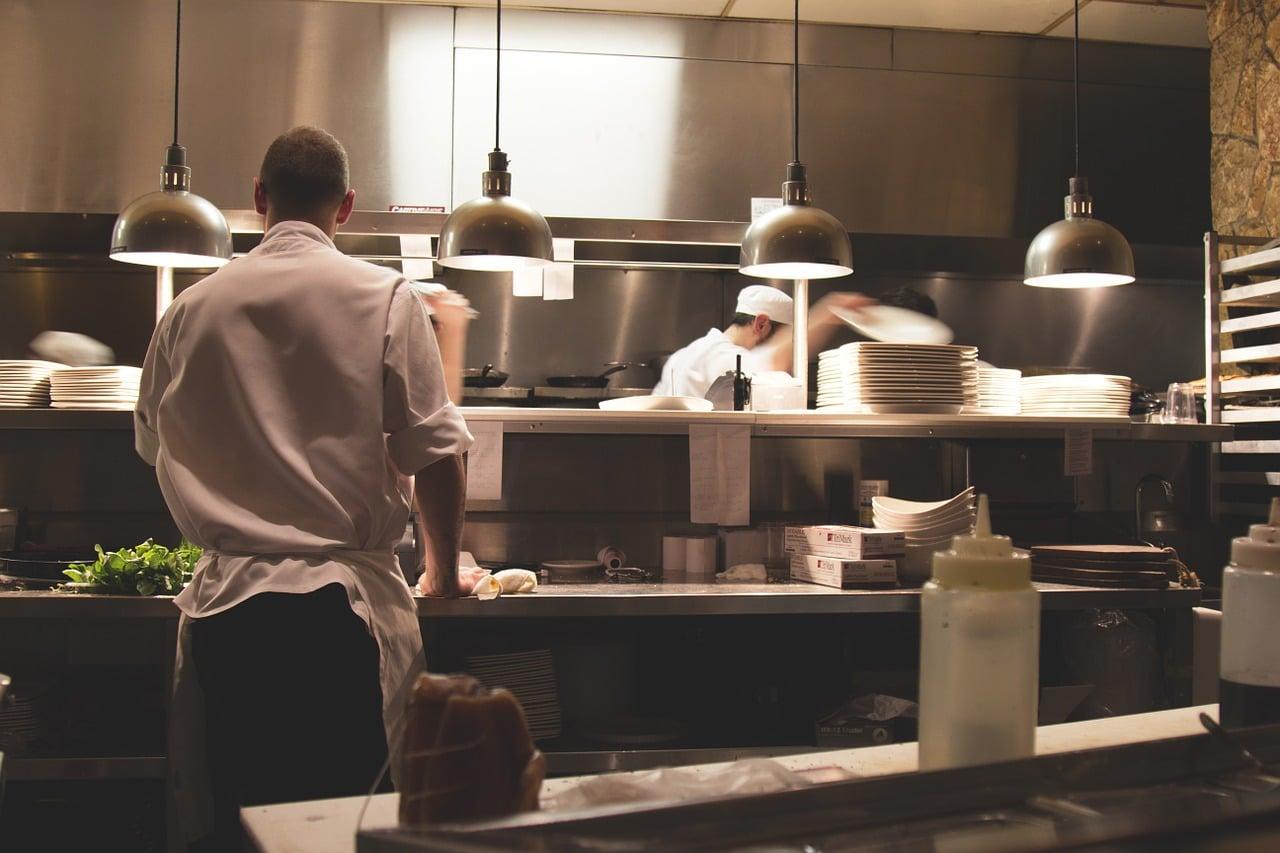 Piec konwekcyjno-parowy: obowiązkowe wyposażenie kuchni w restauracji